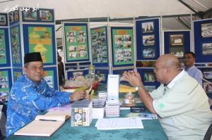 Datuk Hj Abdullah Hussien memimpin gerai pameran USIA