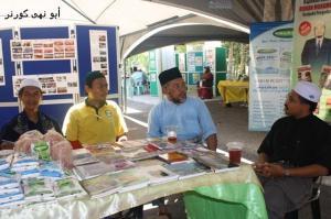 Tuan Md Zulkifli Tahir, Pengarah Hospital K. Penyu (baju melayu biru) selaku penyelaras gerai pameran sedang melawat sebahagian peserta gerai