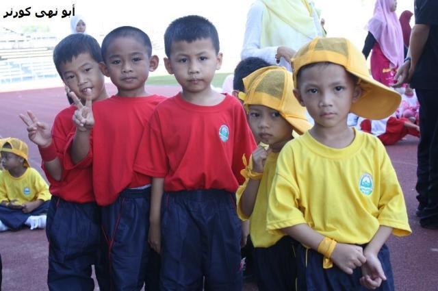 """""""Kita tetap kawan"""". Wakil PASTI Tg Aru (merah) dan PASTI Taman Union Putatan (kuning)."""