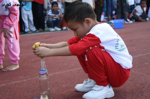 Wakil PASTI Tg Aru dalam pertandingan mengisi air dalam botol. Botol-botol ditaja oleh gardenia