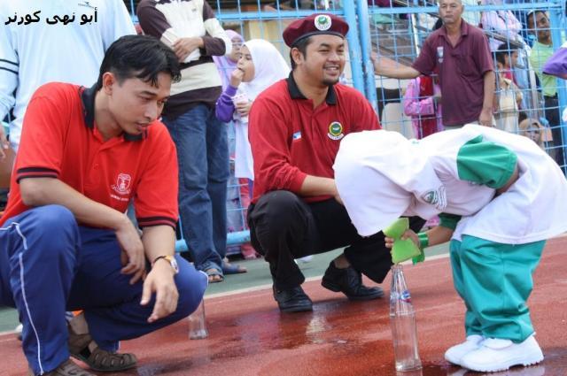 Petugas pertandingan bersama ahli 'tentera merah' memerhatikan peserta pertandingan dari PASTI Beaufort