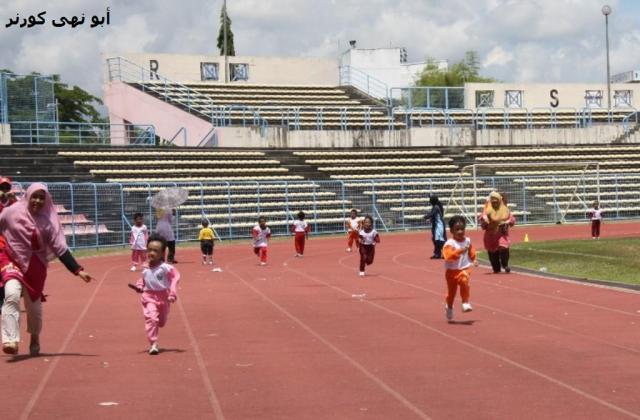 Cikgunya lebih bersemangat, berlari bersama-sama murid sendiri.