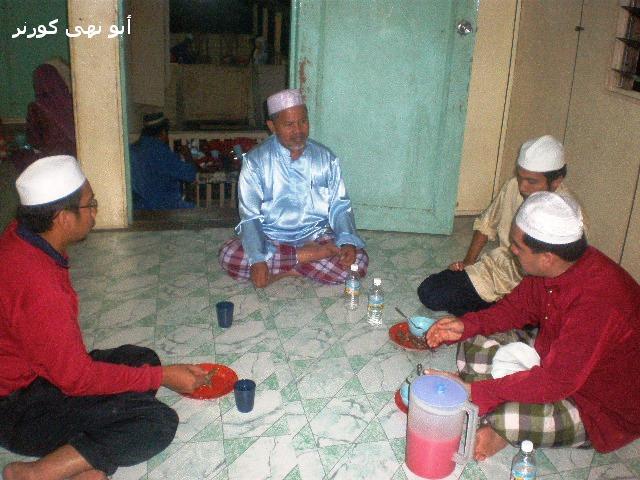 Wakil P.U.M. Sabah bersama Allahyarham dalam majlis berbuka puasa di Kg Damai, Kota Marudu Ramadhan lalu. Allahyarham berbaju biru.