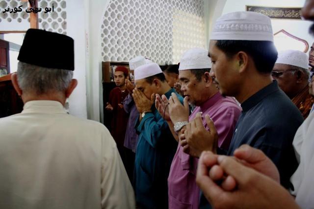 Ust Hj Md Iyen Atim (membelakang kamera) telah mengimamkan solat janazah, sementara Tuan Guru Ust Hj Muchlish Ali Kasim memimpin doa bersama ribuan jamaah yang turut serta