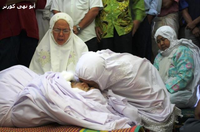 Ibu Sharifah Nadrah, isteri Allahyarham memberikan kucupan perpisahan. Mudah-mudahan bertemu lagi di alam sana.