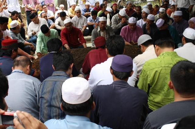Tuan Guru Ustaz Hj Muchlish Ali Kasim memimpin talqin.