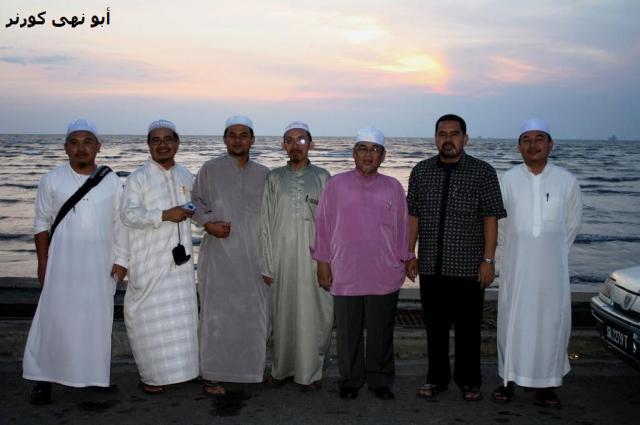 Bergambar kenangan sebelum beredar ke masjid