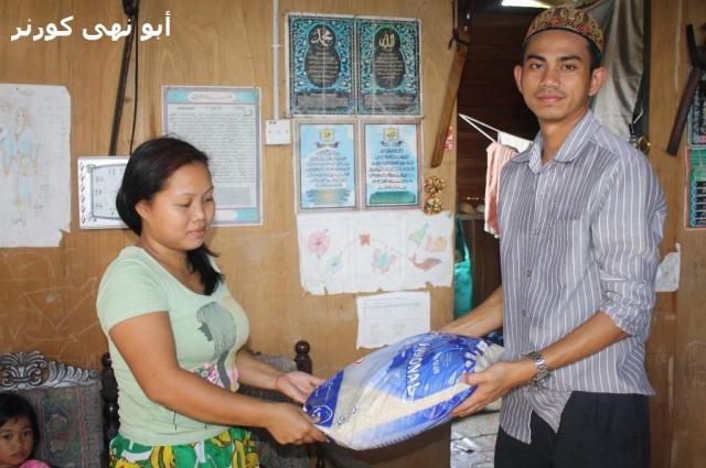 Rusidah menerima sumbangan disampaikan oleh Ust Kamal