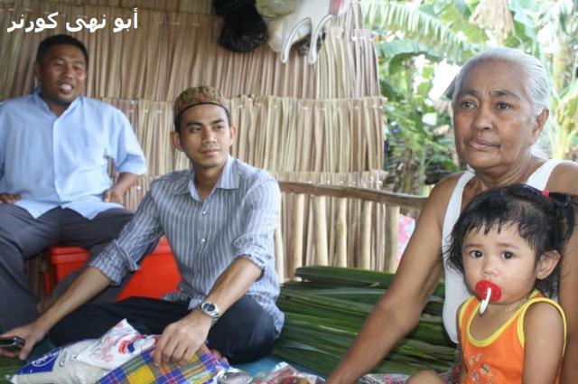 Nenek Jambangan bersama salah seorang cucunya yang setia menemaninya setiap hari